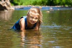 Aanbiddelijk meisje in rivier op zonnige dag Royalty-vrije Stock Fotografie