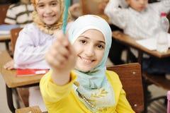 Aanbiddelijk Moslimmeisje in klaslokaal Royalty-vrije Stock Fotografie