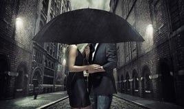 Aanbiddelijk paar onder de paraplu royalty-vrije stock afbeelding