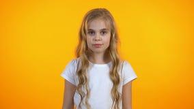 Aanbiddelijk tienermeisje die en aan camera, gelukkig kind, gezondheidszorg glimlachen kijken stock video