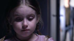 Aanbiddelijk verstoord weesmeisje die, mens die in deur verschijnen om kind, bewaring goed te keuren schreeuwen stock footage