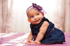 Aanbiddelijk weinig Afrikaans Amerikaans babymeisje die - Zwarte peopl kijken stock afbeelding