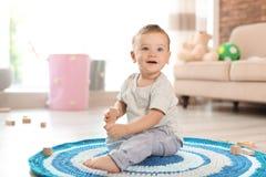 Aanbiddelijk weinig baby die met houten blok spelen royalty-vrije stock foto