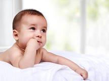 Aanbiddelijk weinig baby die zijn vingers zuigen Stock Fotografie