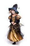 Aanbiddelijk weinig blond meisje die een heksenkostuum dragen die bij de camera glimlachen Halloween fairy verhaal Geïsoleerd stu stock afbeeldingen