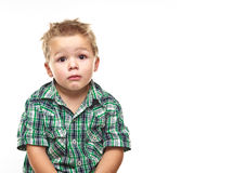 Aanbiddelijk weinig jongen die droevig kijkt. Stock Afbeeldingen