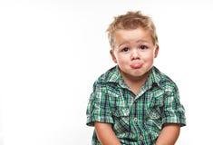 Aanbiddelijk weinig jongen die droevig kijkt. Stock Foto
