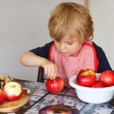 Aanbiddelijk weinig jongen het helpen en het bakken appeltaart in huis '' s kitc Royalty-vrije Stock Foto's