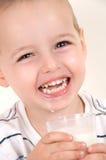 Aanbiddelijk weinig jongen met melkglas Stock Foto