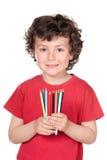 Aanbiddelijk weinig jongen met vele kleurpotloden van kleuren Royalty-vrije Stock Fotografie