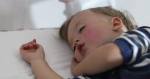 Aanbiddelijk weinig jongensslaap in bed stock video
