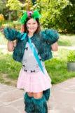 Aanbiddelijk weinig kindmeisje met akvagrim op gelukkige verjaardag Achtergrond van de de zomer de groene aard Royalty-vrije Stock Foto