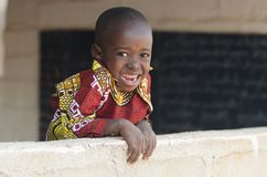 Aanbiddelijk Weinig Zwarte Afrikaanse het Behoren tot een bepaald rasjongen die in openlucht Cop glimlachen royalty-vrije stock afbeelding