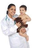 Aanbiddelijke arts met een baby in haar wapens royalty-vrije stock afbeeldingen