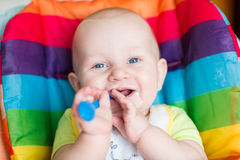 Aanbiddelijke baby die als hoge voorzitter eten Royalty-vrije Stock Afbeelding