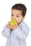 Aanbiddelijke baby die een appel eet Royalty-vrije Stock Fotografie