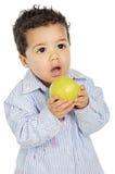 Aanbiddelijke baby die een appel eet stock foto
