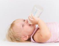 Aanbiddelijke baby die melk van de fles eet royalty-vrije stock foto's