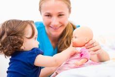 Aanbiddelijke baby en babysitter Royalty-vrije Stock Foto's