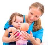 Aanbiddelijke baby en babysitter Stock Afbeeldingen