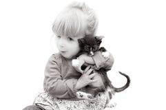 Aanbiddelijke Baby en een Katje royalty-vrije stock foto's