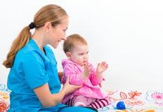 Aanbiddelijke baby met babysitter Royalty-vrije Stock Afbeeldingen