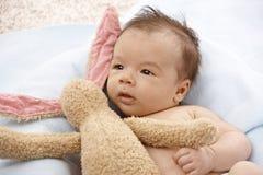 Aanbiddelijke baby met pluchekonijntje Royalty-vrije Stock Afbeelding