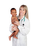 Aanbiddelijke baby met zijn pediater royalty-vrije stock afbeeldingen