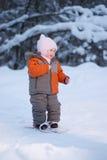 Aanbiddelijke babygang op ski in park Stock Afbeelding