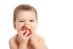 Aanbiddelijke babyjongen die geïsoleerde appel eten - Royalty-vrije Stock Fotografie