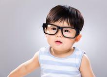 Aanbiddelijke babyjongen die glazen dragen stock afbeeldingen