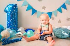 Aanbiddelijke babyjongen die zijn eerste verjaardag vieren Ineenstortingscake royalty-vrije stock afbeeldingen