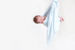 Aanbiddelijke babyjongen in een kleine bundel, het slapen Royalty-vrije Stock Afbeeldingen