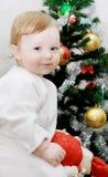 Aanbiddelijke babyjongen en Kerstboom Stock Afbeeldingen