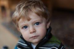 Aanbiddelijke babyjongen met blauwe ogen en blonde haren Stock Afbeeldingen