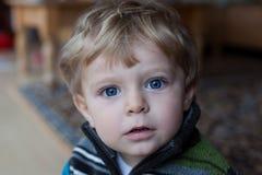 Aanbiddelijke babyjongen met blauwe ogen en blonde haren Stock Foto