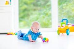 Aanbiddelijke babyjongen met kleurrijke bal en stuk speelgoed auto Stock Afbeelding