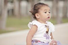 Aanbiddelijke babypeuter in het park Stock Foto's