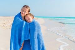 Aanbiddelijke die meisjes samen in handdoek bij tropisch strand worden verpakt Royalty-vrije Stock Fotografie