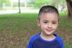 Aanbiddelijke etnische drie jaar oude kiddo stock afbeelding