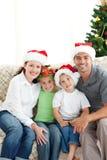 Aanbiddelijke familie bij Kerstmis Stock Fotografie