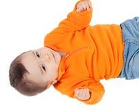 Aanbiddelijke halfjaarlijkse baby met het oranje liggen van Jersey Royalty-vrije Stock Foto