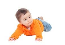 Aanbiddelijke halfjaarlijkse baby met het oranje liggen van Jersey Royalty-vrije Stock Afbeeldingen