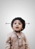 Aanbiddelijke Intelligente Little Boy-Pijl in Hoofd - Schoolbord Royalty-vrije Stock Fotografie