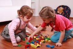 Aanbiddelijke jonge geitjes die met blokken spelen Stock Fotografie