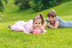 Aanbiddelijke jonge kinderen, jongen en meisje, in het park Stock Foto