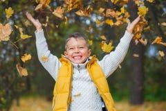 Aanbiddelijke jongen in de herfstpark Stock Foto's