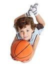 Aanbiddelijke jongen die het basketbal speelt Stock Fotografie