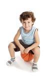Aanbiddelijke jongen die het basketbal speelt Royalty-vrije Stock Fotografie