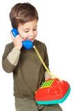 Aanbiddelijke jongen die op de telefoon spreekt stock afbeelding
